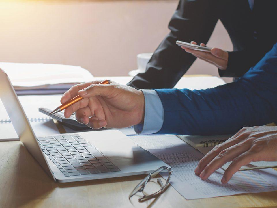 expert comptable avec son ordinateur dans son local