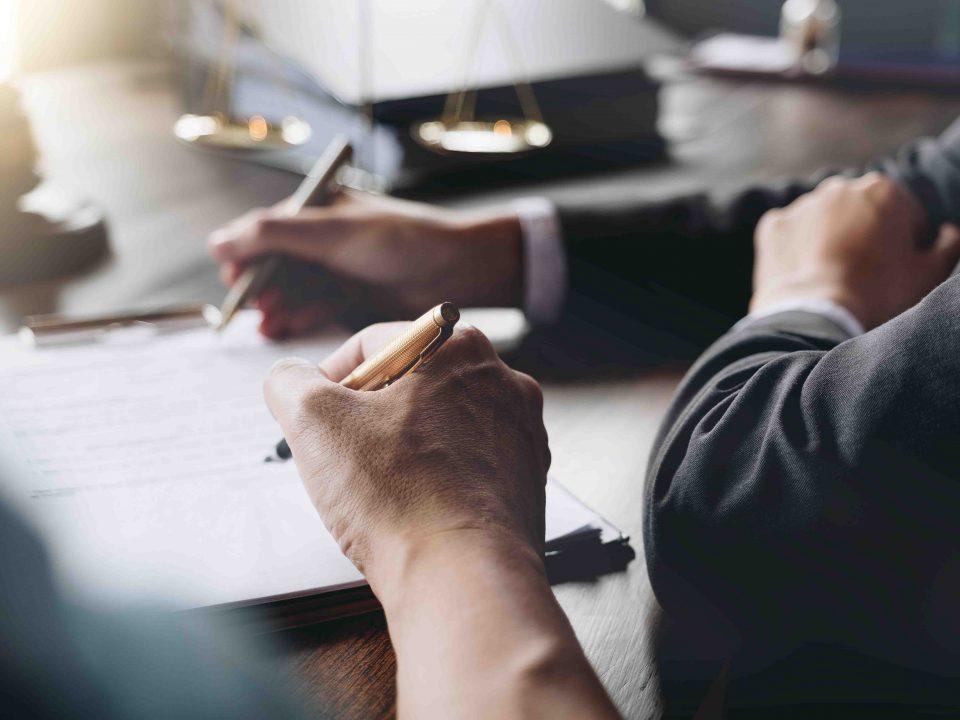 juge qui signe des statuts juridiques auprès d'un expert comptable